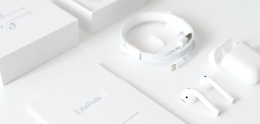 AppleAirPods mit einzelnen Verpackungselementen