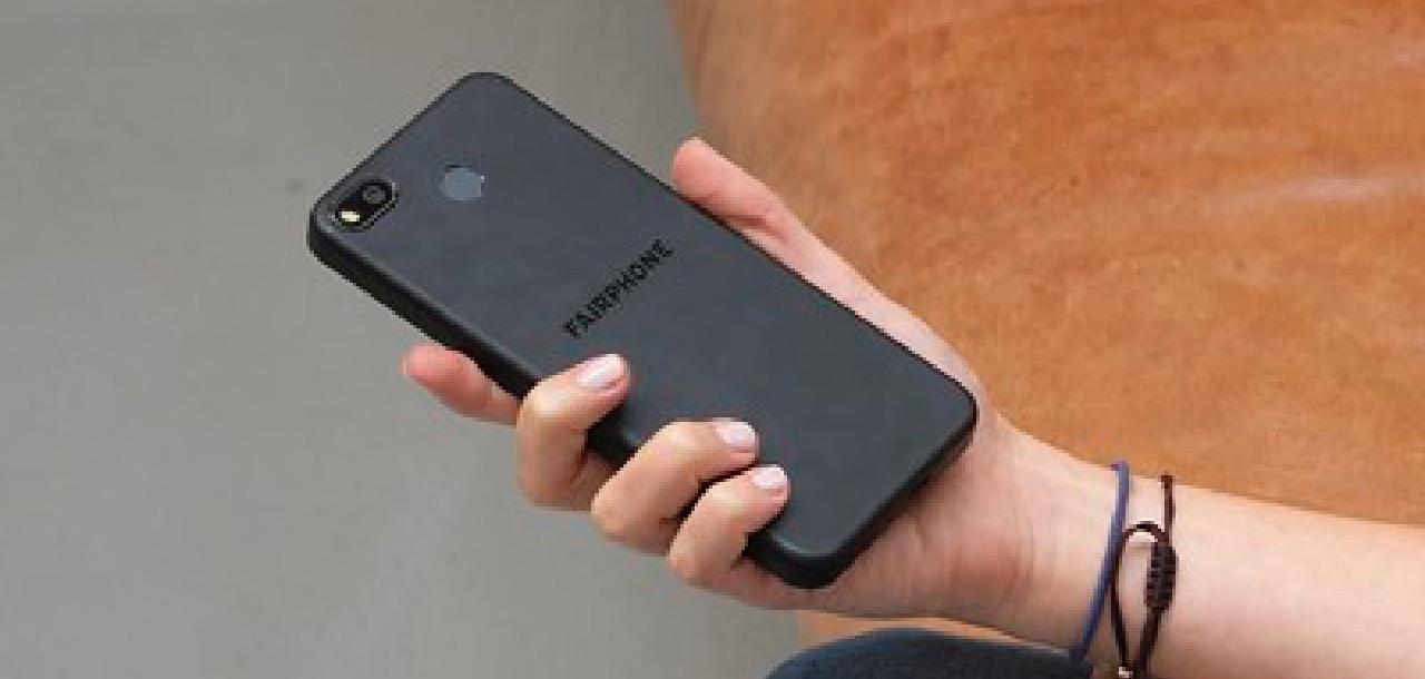 Das Fairphone 3 in der Hand eines Nutzers