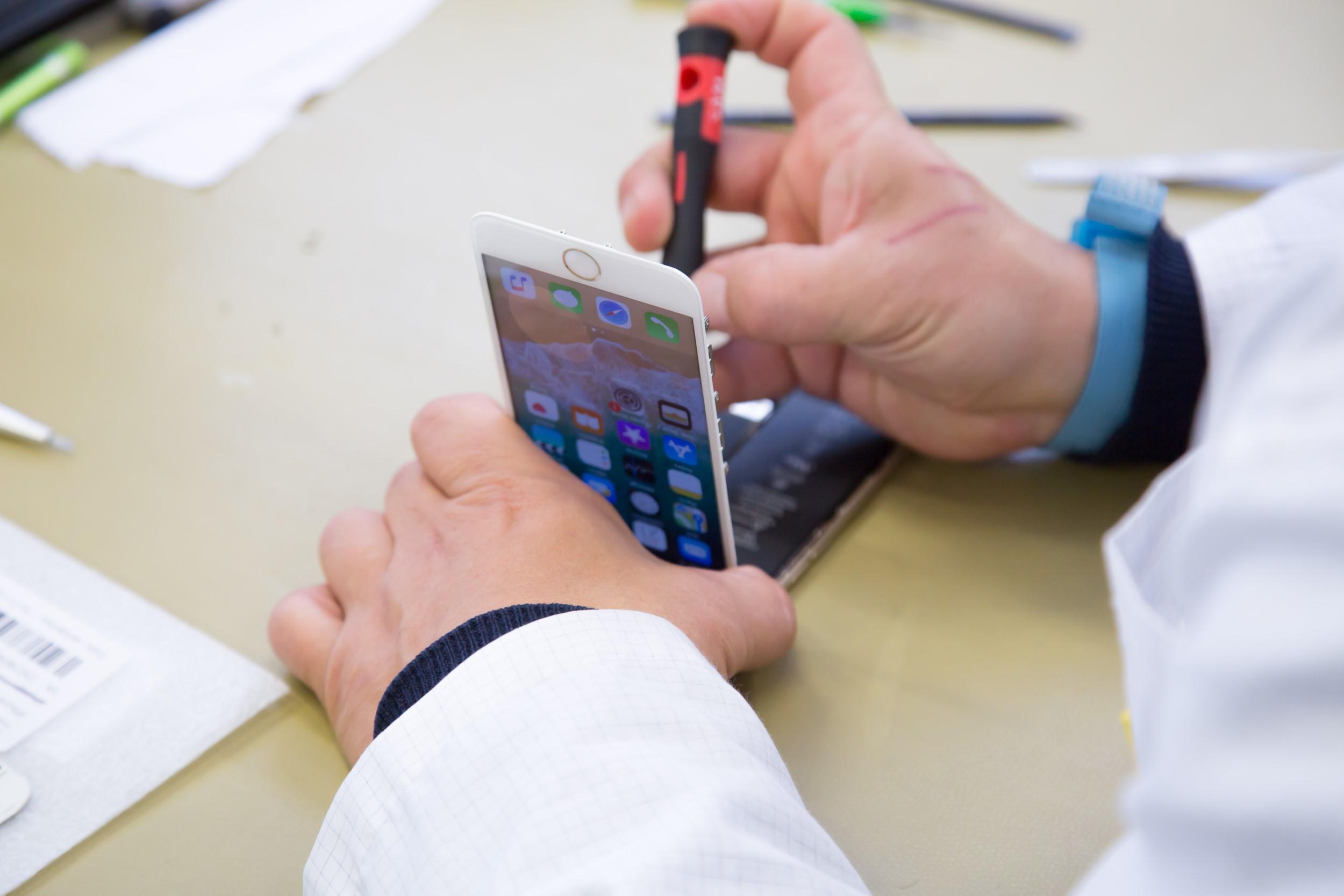 Professional refurbisher repairs an iphone 7