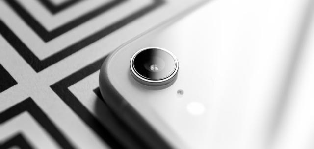 iPhone XR weiß, mit schwarz-weißem Hintergrund