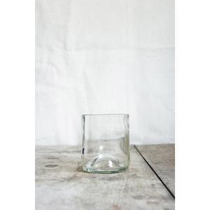 4 verres transparents, fabriqués à partir de culs de bouteilles.