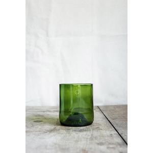 4 verres verts, fabriqués à partir de culs de bouteilles.